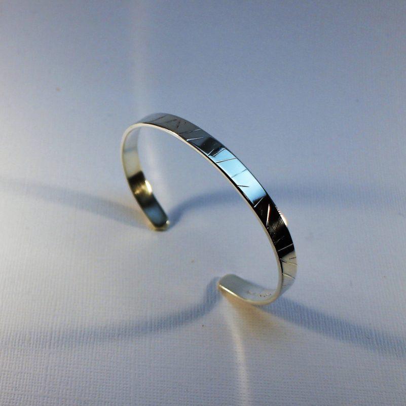 Enkel armband i silver, präglat mönster