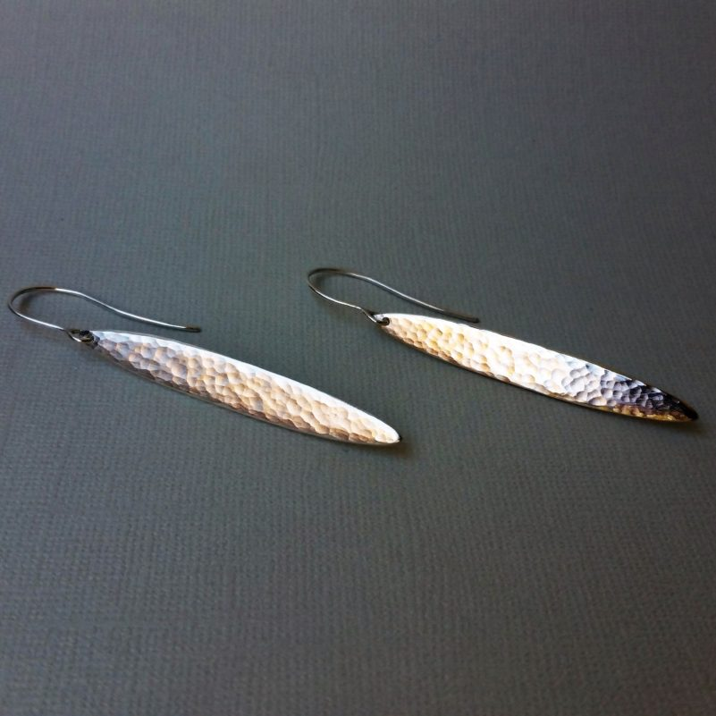 örhängen i silver, långa och smala med hamrad yta