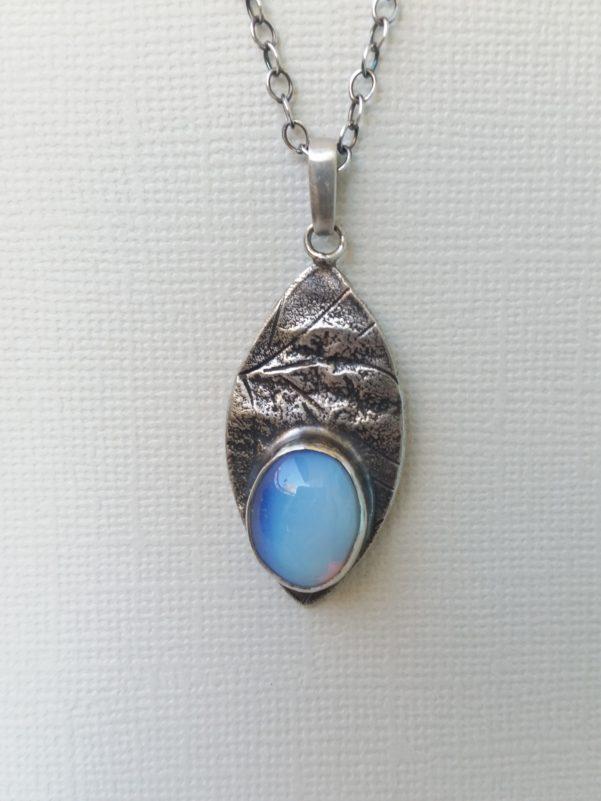 Silverhalsband med en opal