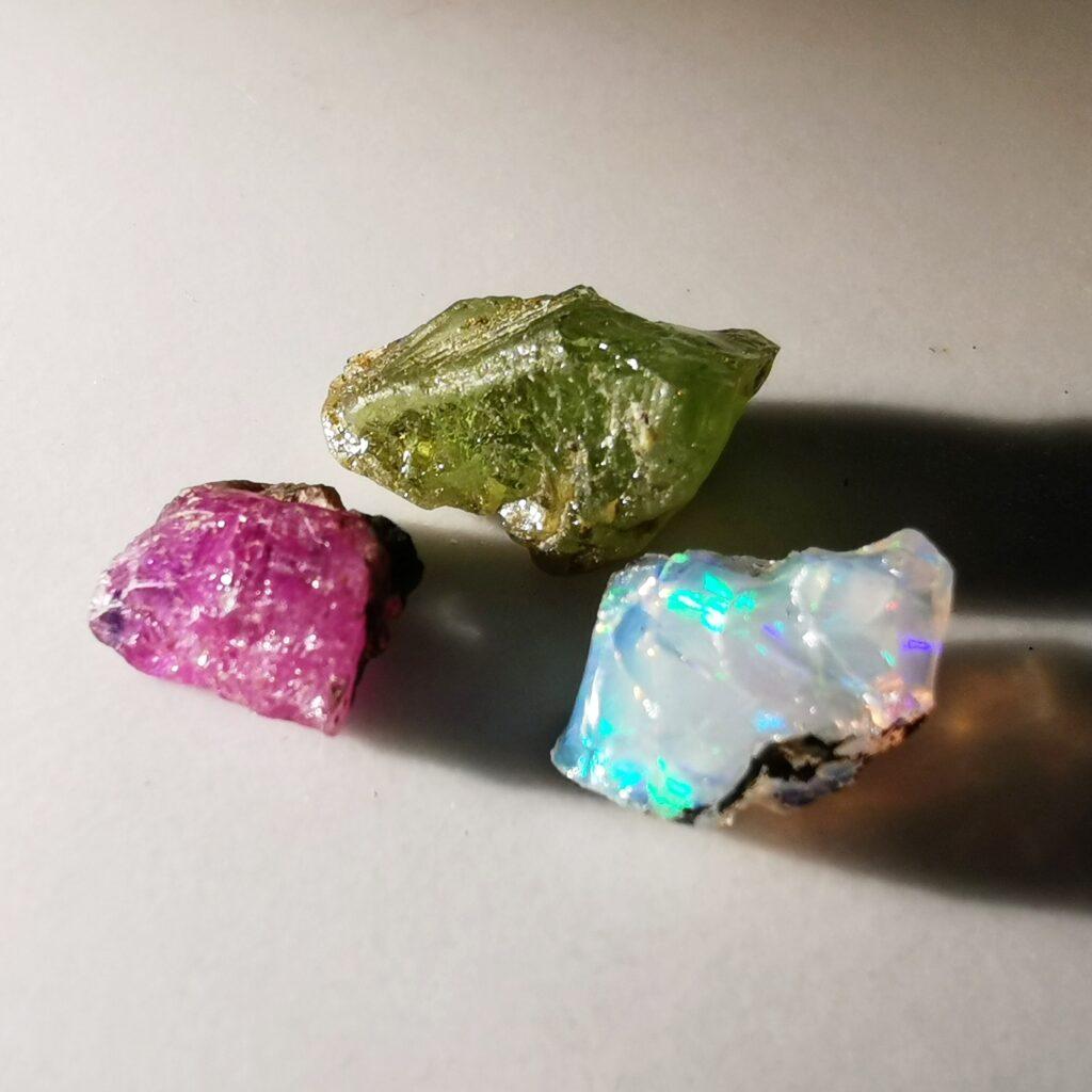 Rubi, peridot och opal