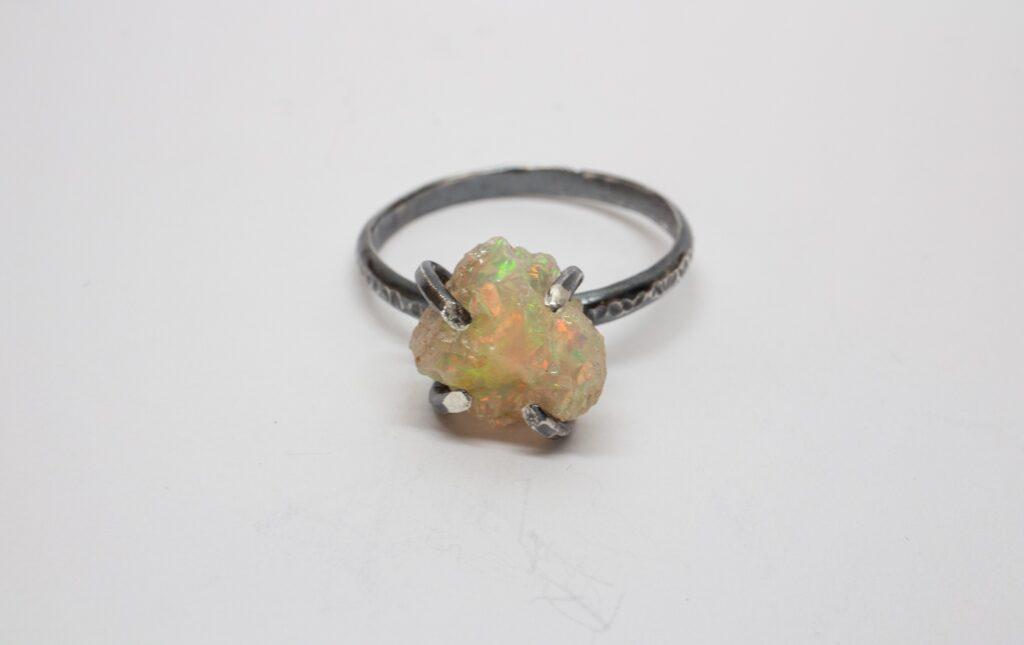 Handgjord ring i oxiderat silver med en naturlig rå opal från Etiopien