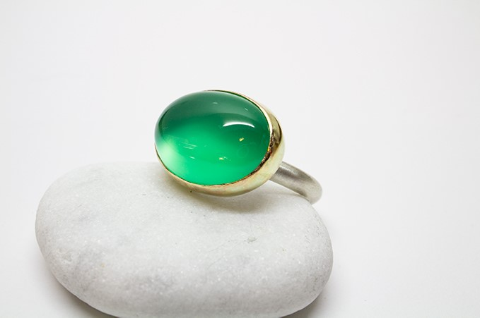 Handgjord ring i guld, silver och kalcedon