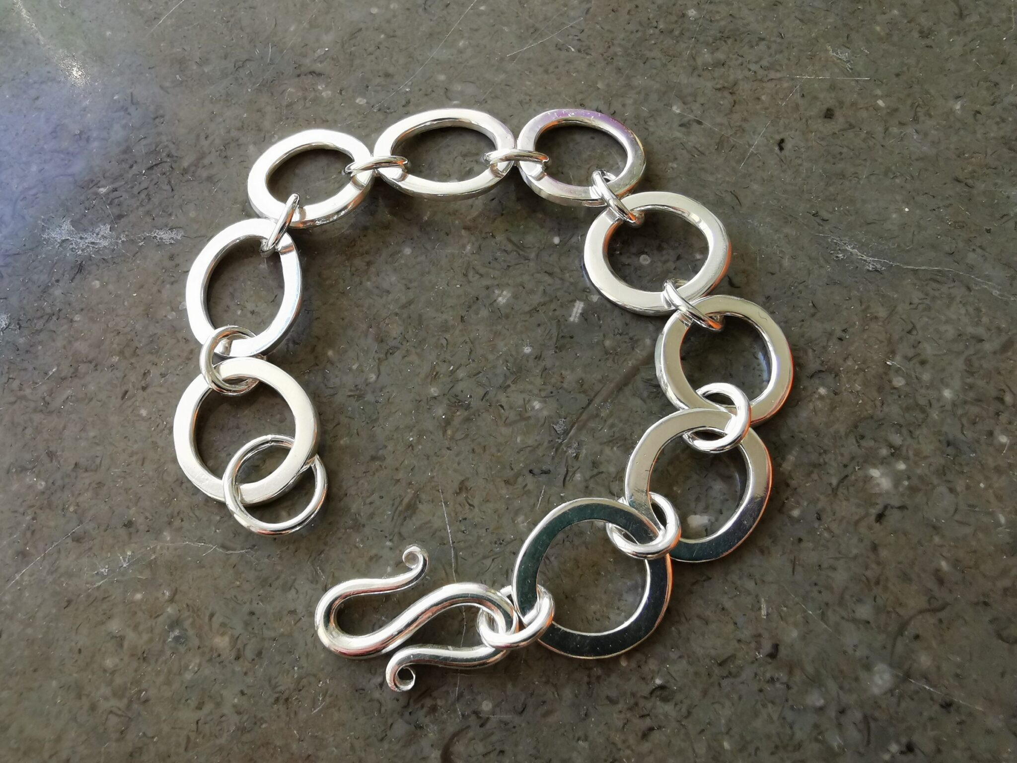 Kraftigt armband i silver